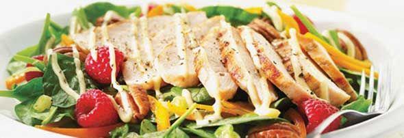 Salade californienne au poulet -  Épinard, poulet, poivron et framboise... Une délicieuse recette proposée par FraiseBec