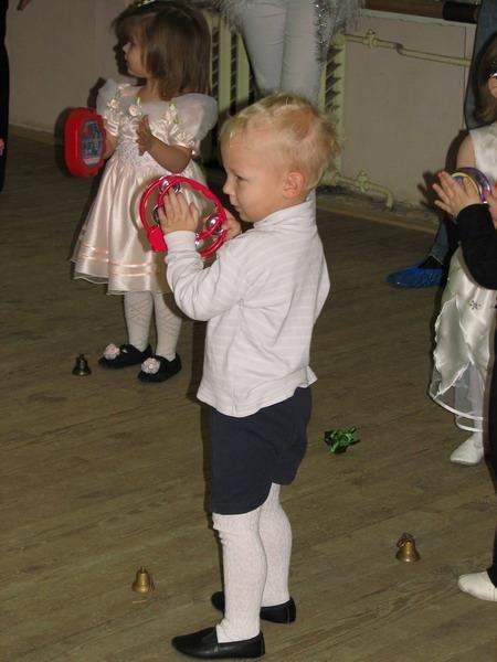 Мальчик носит колготки и шорты