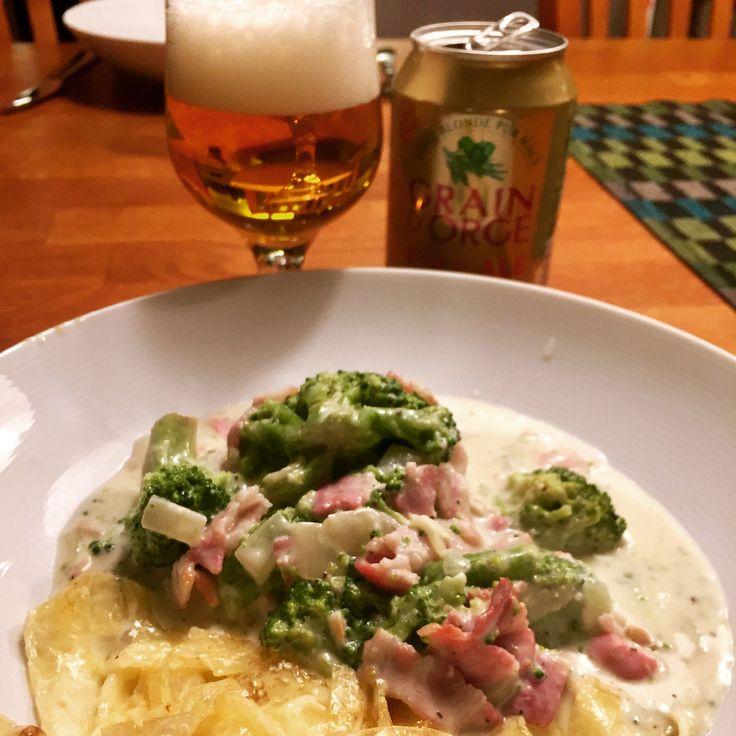 Fredagsmys med ostsås carbonara @56kilo.se och mozzarella-pasta @antligensockerfri ••• ost/sås recept: Koka upp créme fraîche och grädde. Ta bort från plattan och rör ner Kavli bacon-mjukost, smaka av med salt och peppar. Rör ner bacon, lök, vitlök och broccoli. Servera med valfri pasta.