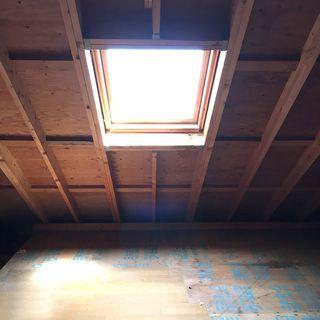 屋根裏部屋の天窓