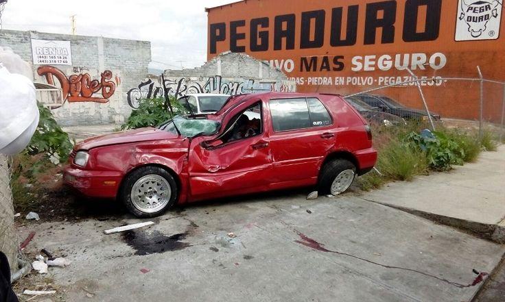 El accidente se registró en la Avenida Morelos Norte, a la altura del Pabellón Don Vasco; la mujer quedó prensada al interior de la unidad, un Golf de color rojo, ...