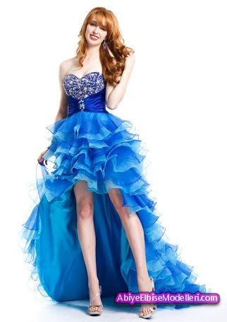 Beyaz tenlilere çok yakışacak renklerden biride koyu mavi renktir muhakkak ki.. Stil sahibi bayanların ilk tercihlerinden biri olan bu tarz önü kısa arkası uzun kuyruklu olan modellerdir.Hem havalı durup hemde bacak boyunuzu olduğundan daha uzun göstererek sizi çekici bir bayan haline getiriyor. Bu mavi fırfırlı abiye elbise gerçekten emek verilip hemde çok güzel bir iş  çıkarılmıştır. Abiyelerde bol detay sahibi kıyafetler emek olarak ve duruş olarak daha hoş bir görünüm sağlamaktadır…