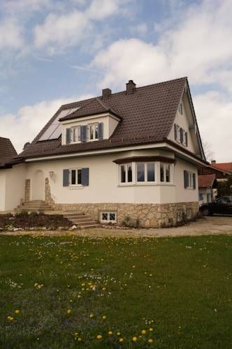 Ferienhaus Chiemsee �bersee Located in Feldwies, this holiday home is 2 km from the shore of the scenic Lake Chiemsee. Ferienhaus Chiemsee offers free WiFi access, a garden and a terrace.