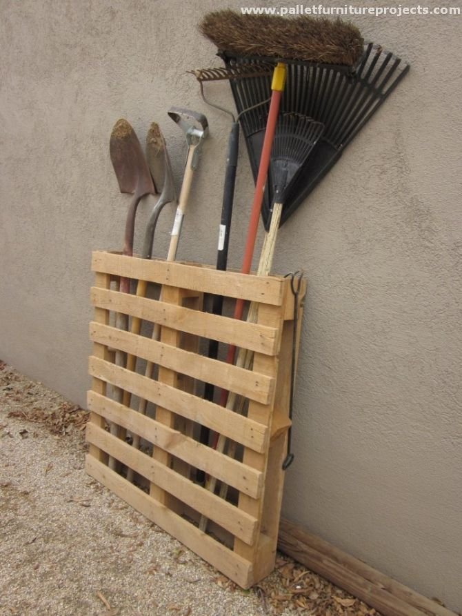 Oops, just look at this one. Can a pallet creation get so simple? I mean for real? Yeah this is really a superb idea of pallet wood recycled tool rack. No nailing no sanding or cutting, just grab a whole pallet, do minor modifications and you are done for now.