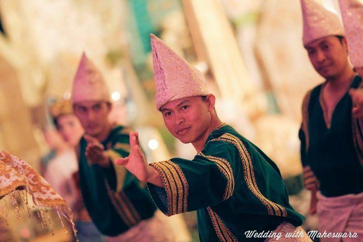 Para pria penari pada pernikahan adat Padang Sumatra Barat mengenakan penutup kepala yang bentuk dan motif-nya berbeda dengan sang pengantin pria. Penutup kepala untuk pria di sepanjang Pulau Sumatra memang umumnya berbentuk seperti kerucut.