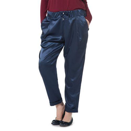 Clarissa Burt, pantaloni in raso con elastico in vita e confortevoli tasche alla francese. Morbidi e comodi, puoi indossarli anche tutta la giornata per non perdere proprio mai il tuo stile.