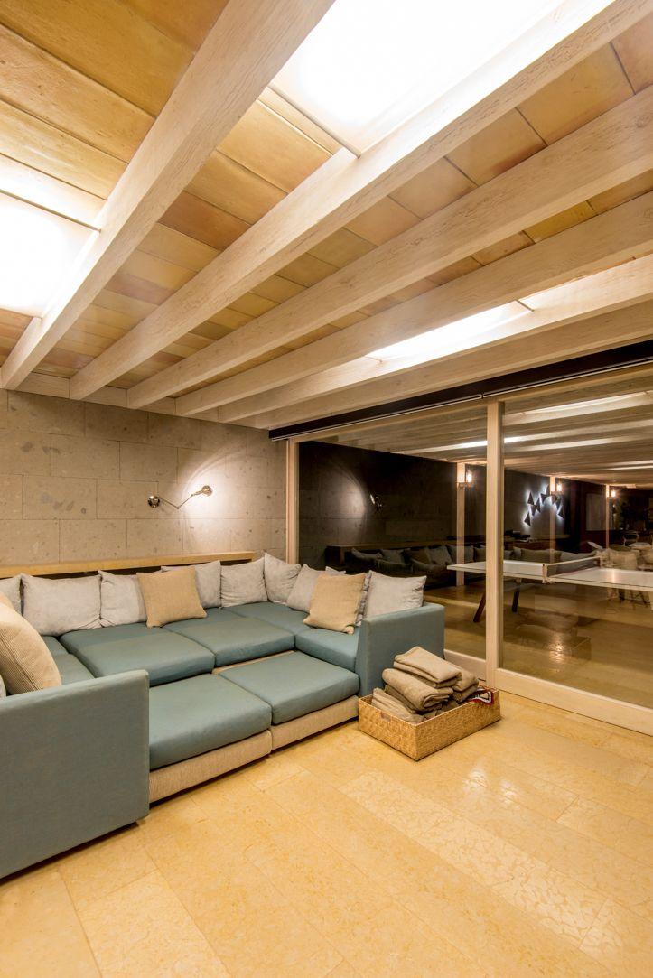 Canceles de Madera, tonos naturales, vista nocturna, Multivi#ventana #ventanademadera #madera #multivi #puertademadera #puerta #cancel #hechoenmexico