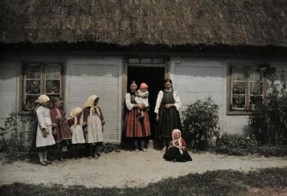 Lata 30 XX., Rodzina przed chałupą, fot.Hans Hildenbrand/National Geographic Society/Corbis   Color Photographs of Life in Poland, 1932 (16)