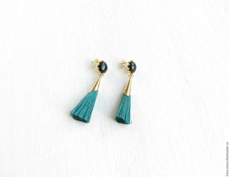 """Серьги кисточки.  #style #earrings #earringstassel #tasselearrings #серьги #серьгикисти #серьгикисточки #иринаморо #украшения Купить Серьги """"Изумрудный вечер"""" кисти шелковые с черным ониксом изумрудные в интернет магазине на Ярмарке Мастеров"""