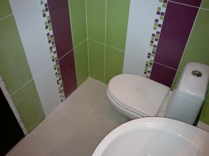 Ванная комната в фиолетовых тонах. Фиолетовая ванная комната любых оттенков нуждается в дополнении другими цветами. С фиолетовым тоном хорошо сочетается серый, белый, золотистый, зеленый.