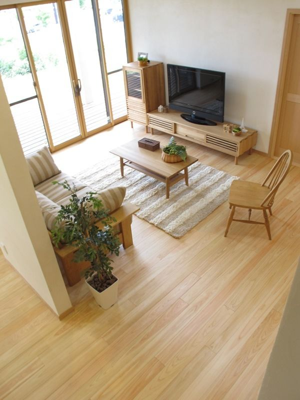 ナ今回はヒノキ無垢材の床に、ドアやキッチンも無垢材を贅沢に使用したLDK空間にナラ・タモ・栗無垢材を使用した家具でナチュラルカントリー風のコーディネートを提案しました ウッディなお部屋にはやはりナチュラルカントリー! ラ・タモ無垢材の家具でナチュラルコーディネート