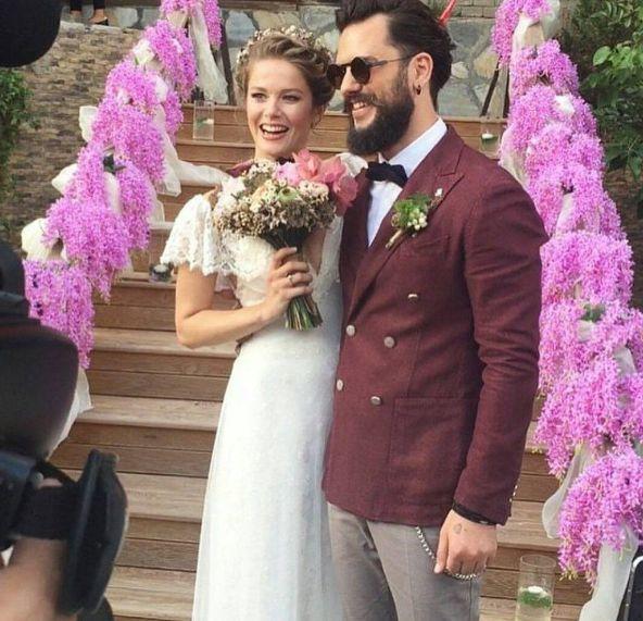 Hayat Şarkısı dizisi ile çıkış yapan Burcu Biricik, reklamcı sevgilisi Emre Yetkin ile evlendi. Kır düğünü yapan çiftin düğününe yaklaşık 200 kişi katıldı. Balayı için Endonezya'nın Bali Adası'a gidecek olan Burcu ve Emre'ye mutluluklar olsun! Sevimli düğün davetiyelerini de en sevdikleri film olan '50 First Dates'in afişinden ilham alarak tasarlamışlardı.
