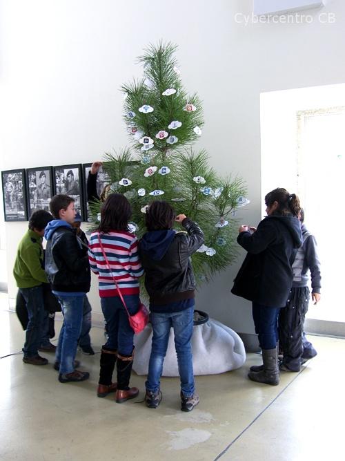 Alunos do Agrupamento de Escolas João Roiz em decoração da árvore de natal
