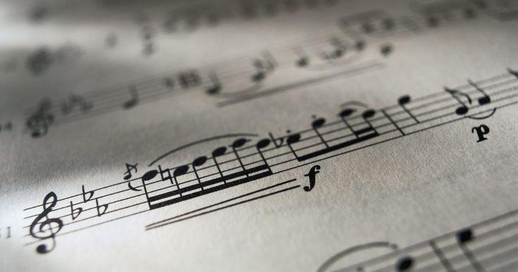 Cómo escribir notas en papel de partitura a través de la computadora. Las computadoras son útiles no solo para grabar música, sino también para producir notación de música escrita. Usar un programa de computadora para escribir notas en una partitura puede ayudar a evitar escritos a mano desordenados y diferentes estilos de escribir símbolos musicales. Esto ayuda a que otros lean tu notación musical eficientemente. ...