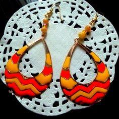 Boucles d'oreille pendentif ovale motifs géométriques jaunes et oranges et perles jaunes et oranges