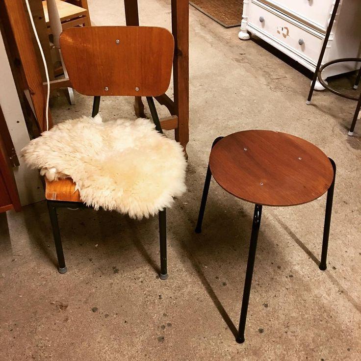 """""""Børnestol og taburet med teaksæde #teaktræ #teakmøbler#taburet #skammel#børnestol #børnemøbler #børneværelse #skolestol #fedefund #lækkerier #loppefund…"""""""