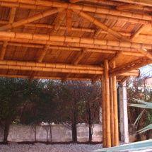 Garaje con estructura en Bambú Guadua y cubierta de teja