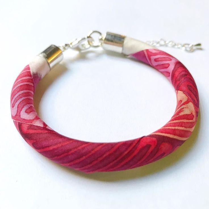True summer colors on silk bracelet.  #pink #summercolors #silkaccessories #silkbracelet #designerjewelry #jewelry #karkötő #selyem #magyardivat #ikozosseg