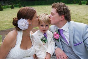 Wat een heerlijke foto, vol met liefde. Trouwen, huwelijk, bruiloft, bruidskinderen, bruidsjonker, jongenskostuum. bruidskindermode.nl