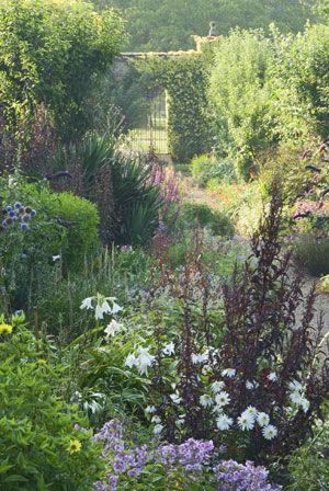 Vil du indrette din have i tråd med ISABELLAS romantiske countrystil, så vil vi her løfte sløret for de tanker og handlinger, der ligger til grund for en succesfuld og smuk indretning.
