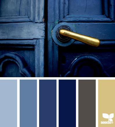 Porta azul marinho com macaneta dourada
