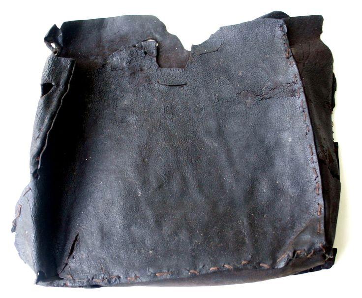 Skórzana, XVI-wieczna, znaleziona w trakcie wykopalisk w Jeziorze Świętym w Gnieźnie. Jak widać wzornictwo tej torby przypomina współczesne modele. Wyroby ze skóry i z innych surowców organicznych (np. drewno, tkaniny) w zwykłych warunkach zachowują się wyjątkowo rzadko. Natomiast, w osadach torfu jeziernego mogą przetrwać nawet tysiące lat.