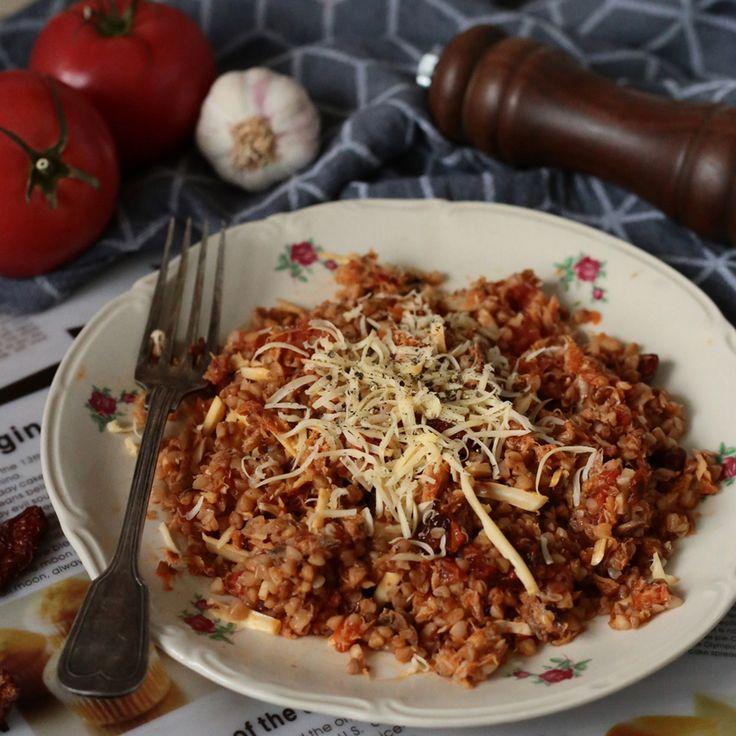 Kasza gryczana z wędzoną makrelą w pomidorach