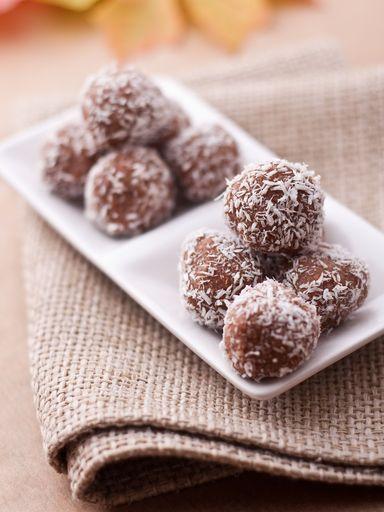 Truffes au chocolat et noix de coco : Recette de Truffes au chocolat et noix de coco - Marmiton