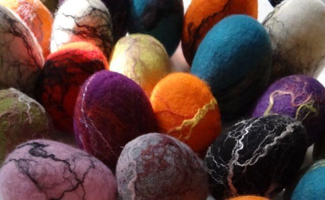 Felt eggs with silk fibres