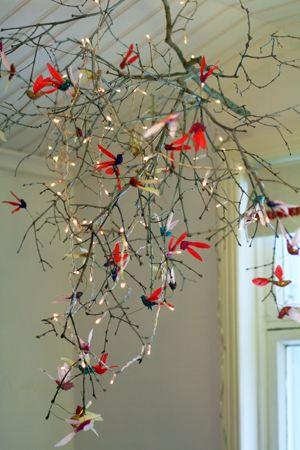 Glittriga fåglar i syrengren