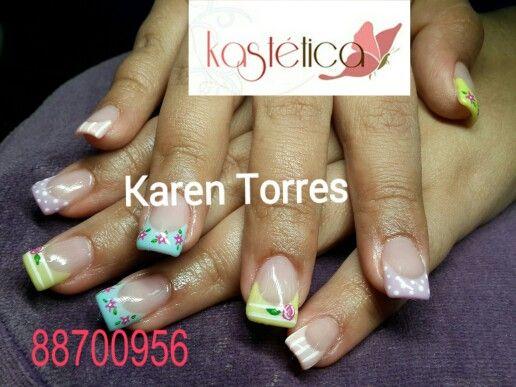 Set uñas acrílicas con esmalte de larga duración.