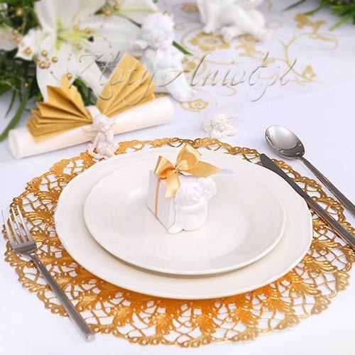 tort podany na talerzu postawionym na eleganckiej złotej podkładce będzie jeszcze smaczniejszy ;)