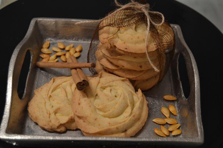 La calabaza es otro de los frutos típicos de esta estación. Es ideal para preparar cualquier plato, ya sea dulce o salado, por su sabor y sus propiedades. Hoy os traigo unas galletas de mantequilla…