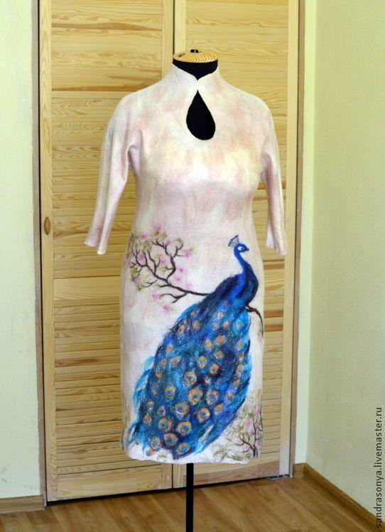 Купить или заказать Платье войлочное 'Сказка о павлине' в интернет-магазине на Ярмарке Мастеров. Платье выполнено в технике нунофелтинг из натурального шелка-шифона, окрашенного вручную, шерсти австралийского мериноса и волокон шёлка. Платье бесшовное. Можно носить в любое время года. Шерсть одновременно обладает уникальными свойствами теплоизоляции и воздухопроницаемостью, что позволяет носить шерстяные изделия как зимой, так и летом. Кроме того, шерсть обладает оздоровительным эффек...