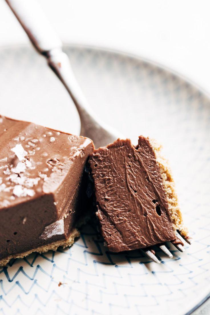 ¡Este pastel de chocolate vegano sin cocción requiere solamente cinco ingredientes! Un poco como un pastel de seda francés, pero mejor para usted. Vegano / Productos lácteos / Sin gluten | Pinchofyum.com