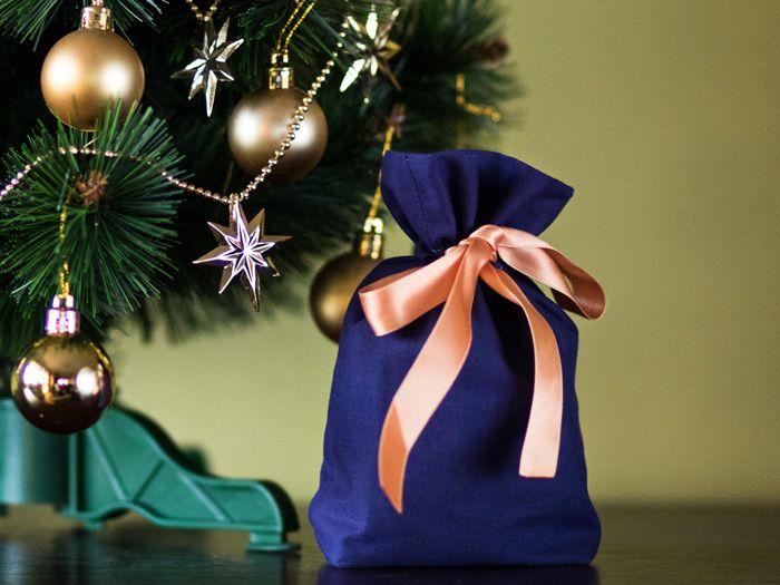 Jak uszyć ozdobne opakowanie na prezent, wiązany woreczek, opakowanie na butelkę - tutorial, instrukcja szycia dla początkujących