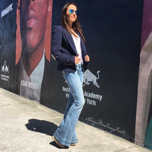 Walking streets of Williamsburg Bk. Happy Saturday to all of my IG friends! #ootd #Brooklyn #Bk #Zara jacket #Hudson jeans #VictoriaBeckham sunnies