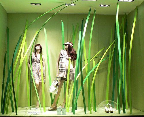 Me gusta el color verde del escaparate y la falsa vegetación , recuerda a la selva y es adecuado para la prendas de los maniquíes