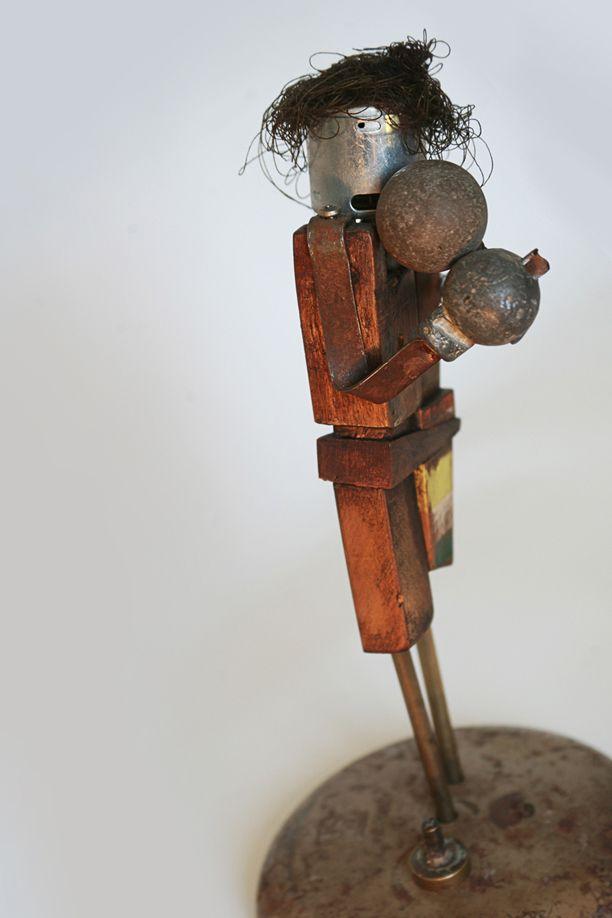 boxeador_2012 piedra de cuca o, pieza de plomo de juguete anitguo, motor de auto de juguete, hilo, base de reloj, cerradura metálica.