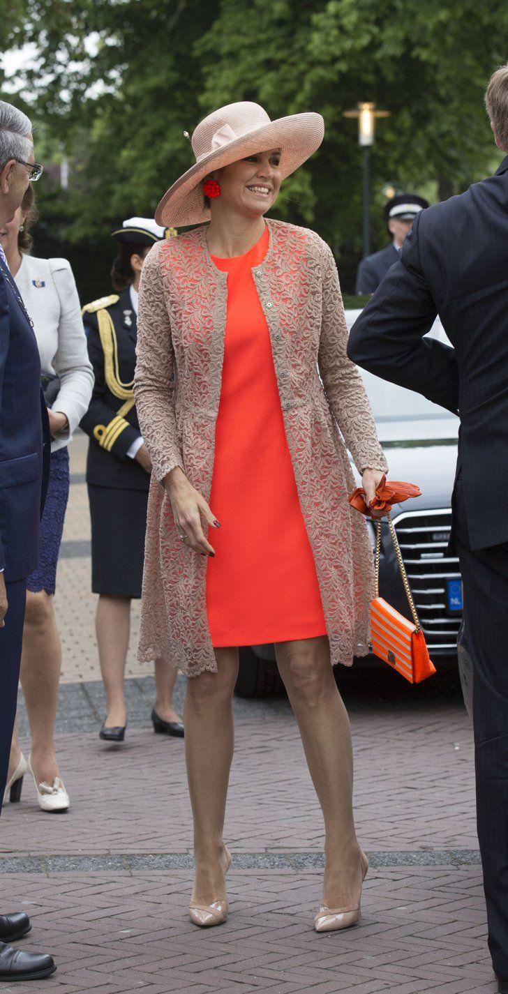 Pin for Later: Die einflussreichsten und modischsten Frauen der Welt schwören auf dieses Kleid Königin Maxima der Niederlande In einem farbenfrohen Modell, gepaart mit einer neutralen Jacke und neutralen Schuhen - perfekt als Outfit für eine Hochzeit im Sommer.