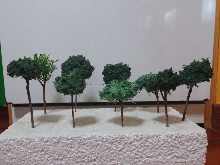 Pequeños arbolitos de ramas naturales y copas de estropajo de alambre con aserrín teñido, de 10 a 14 cm. Colección 2015
