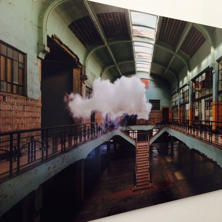 """""""Parece que a Smilde le atraía la curiosa idea de pasear por la sala de un museo con las paredes vacías y una nube de lluvia de acá para allá. Así fue cómo creó en 2010 una exhibición llamada Nimbus con su primera serie de nubes."""""""