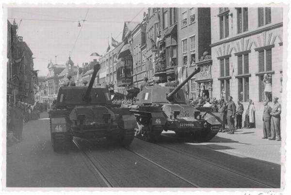 In 1945 reden de tanks door de Breestraat / archieffoto Ral Herman Kleibrink