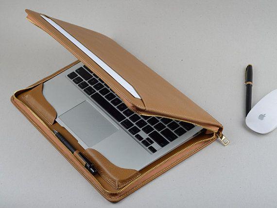 Este apple macbook air cuero con cremallera alrededor de aire mac caso de cartera 11 pulgadas y 13 pulgadas. Esta cubierta de cuero de grano completo y mantenga su aire de macbook dentro con cremallera alrededor de cierre. Dará su protección apple mac air. El gran bolsillo exterior puede mantener algún papel. Es simplism pero con un gran diseño para aire de mac.  Detalle de: 1. hecho del cuero de grano lleno 2. ajuste para apple laptop Macbook Air 11,6 y 13,3 pulgadas 3. con un bolsillo…