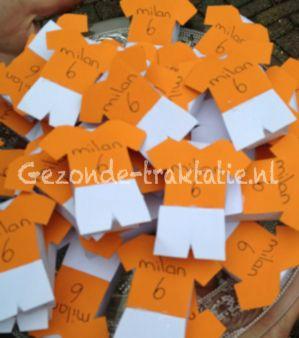 Voetbal shirtjes oranje met rozijnen doosjes. Met deze traktatie scoor je zeker! Gezonde traktatie!
