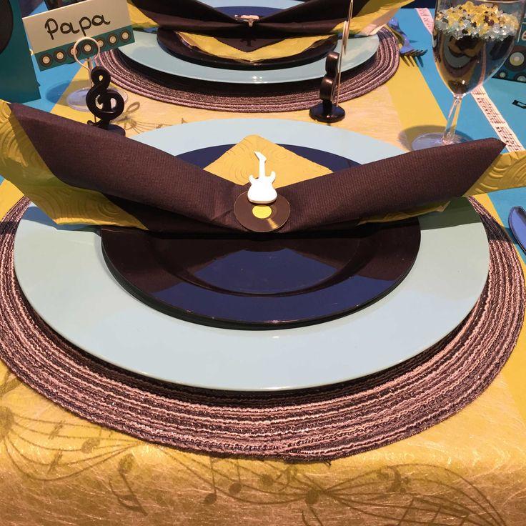 Communie en lentefeest: collectie 2016 - inspiratie voor jongens - sizoweb muzieknoten met bruine en oranje servetten. Voor een echte muziekliefhebber! #servetvouwen