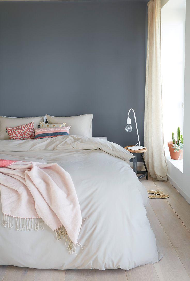 Ein hübsches Blau-Grau als Wandfarbe im Schlafzimmer. www.kolorat.de #KOLORAT #Wandfarbe #streichen