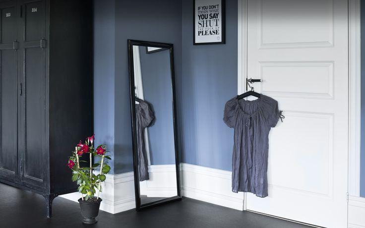 Blå hallen, en lite mustigare blå pastell skapar en tydlig karaktär i hallen och låter snickerier och möbler komma till sin fulla rätt. - Caparol