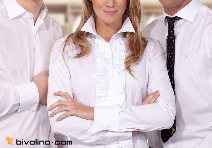 Chemisier blanc sur mesure. Col jabot dans une popeline blanche double retors Thomas Mason. Poignet mousquetaire pour une chemise femme. Bivolino, la chemise sur mesure depuis 1954.