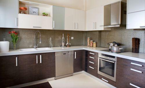 Modelos de cocinas empotradas modernas. Muchos de los diseños de cocinas modernas actuales están perfectamente empotradas hacia una de las paredes. Es más común encontrar diferentes cocinas que c